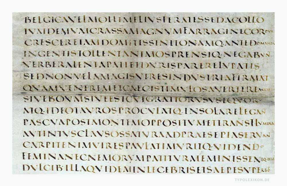Die Capitalis Quadrata gilt neben der Capitals Rustica als die Buchschrift der Römer. Sie ist eine handschriftliche Ableitung der in Stein gemeißelten Capitalis Monumentalis. Sie wurde mit einer breitgeschnittenen Rohrfeder im Zweiliniensystem bis ins 6. Jahrhundert geschrieben. Ab der Karolingischen Schreibreform wurde die Majuskelschreibweise in Büchern nur noch in der Titelei und in Rubriken verwendet. Infografik: www.typolexikon.de