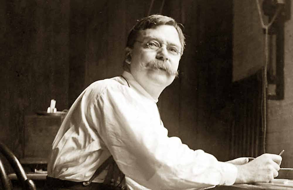 Der US-amerikanische Typograph Linn Boyd Benton (USA, 1844–1932), vermutlich zwischen 1880 und 1885 im Büro seiner Schriftgießerei in Milwaukee, USA. Vermutlich fotografiert von seinem Sohn und Assistenten Morris Fuller Benton.