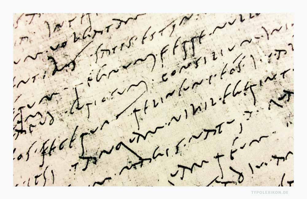 Die »Scriptura cursiva« gilt als die Schrägschrift der Römer. Sie wurde insbesondere für Urkunden, Briefe und persönliche Aufzeichnungen verwendet. Man schrieb sie schnell mit einem gefaserten Rohr auf Papyrus. Beispiel: Eine ältere Cursiva aus der Mitte des 1. Jahrhunderts. Quelle: Staatsbibliothek Berlin, Handschriftenabteilung.