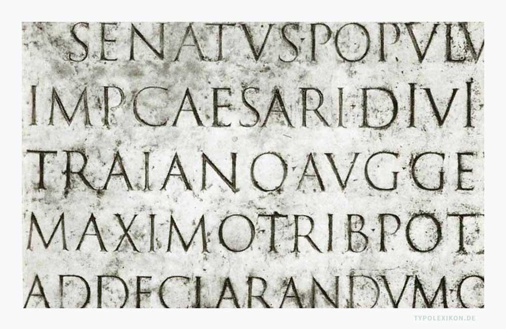 Das Trajanische Alphabet gilt als das schönste Beispiel römischer Schriftkunst. Es handelt sich hierbei um eine eingemeißelte Capitalis Monumentalis auf einer Marmortafel, die sich auf dem würfelförmigen Sockel der »Columna Traiana«, der »Trajanssäule« in Rom befindet. Infografik: www.typolexikon.de