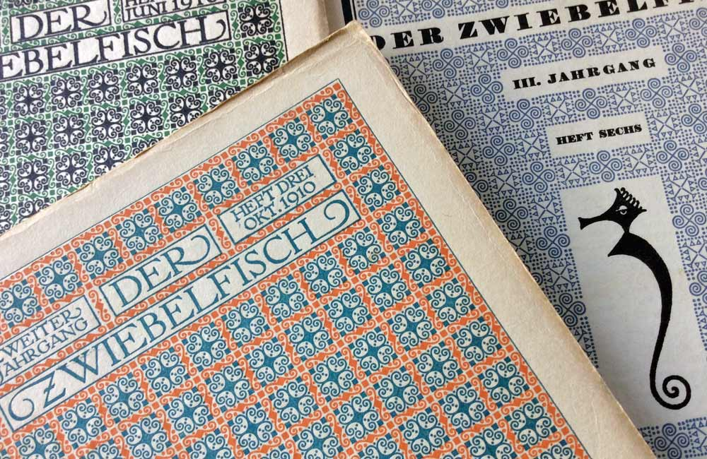 Titelseiten »Der Zwiebelfisch« (1909 bis 1933), Heft 1 und 3 aus dem Jahr 1910 und Heft 6 aus dem Jahr 1911. Gründungsherausgeber Hans von Weber (1872–1924). Quelle: Sammlung Wolfgang Beinert, Berlin. www.typolexikon.de