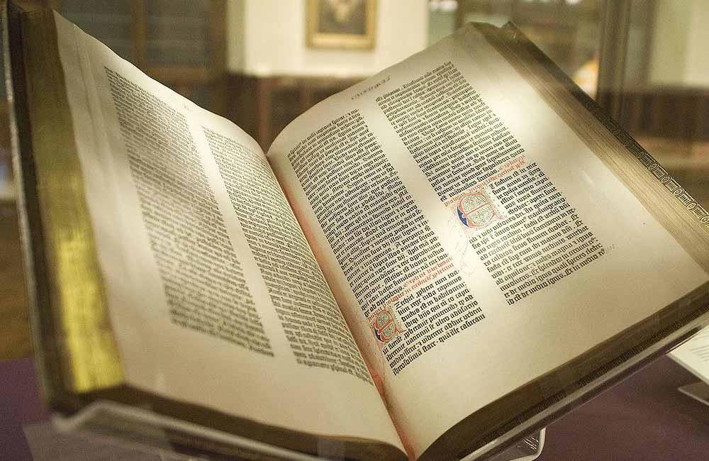 Kontursatz von Johannes Gutenberg (um 1400–1468). Abbildung: Faksimile einer 42-zeiligen Gutenberg-Bibel. Original gedruckt von Johannes Gutenberg in Mainz um 1455. Quelle: New York Public Library, 2009.