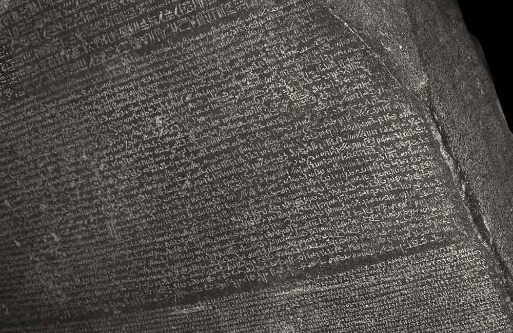 Erste epigraphische Formen einer »Integralen Schriftmischung«: Rosetta-Stein (Ausschnitt), ein ptolemäisches Priester-Dekret, gefunden in El-Rashid (Rosette). Granitplatte 112,3 cm x 75,7 cm (beschädigt) mit 14 Zeilen ägyptischen Hieroglyphen (diverse Zeilen fehlen), 32 Zeilen demotischen Schriftzeichen und 54 Zeilen altgriechischen Majuskeln. Datiert auf den 27.3.196 v. Chr. Quelle: British Museum, London, Department of Ancient Egypt and Sudan. Inv.-Nr. EA 24.