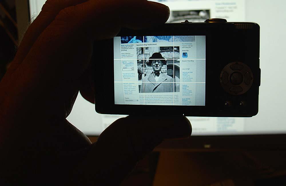Jan Tschichold ist ein Paradebeispiel für Fleiß, Können und Zielstrebigkeit. Aufgewachsen im Schatten zweier fürchterlicher Weltkriege, erarbeitete er sich ein beachtliches Lebenswerk und eine internationale Reputation, die der Nachwelt sicherlich in Erinnerung bleiben wird. Seine Lehrbücher sind eine wahre Fundgrube typographischen Wissens und gelten auch heute noch als didaktischer Maßstab. Bildzitat: Jan Tschichold nach einer Fotografie von Thames & Hudson um 1926 bei einem Besuch in London. Foto: www.typolexikon.de