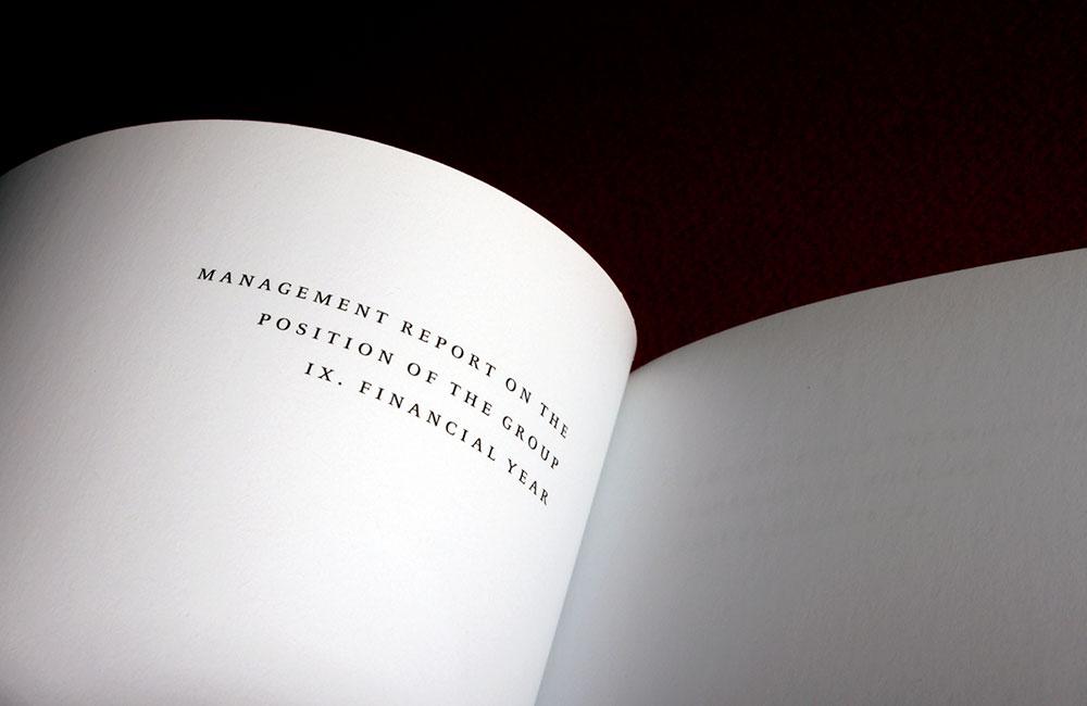 Kolumnentitel dienen dem Gliedern und dem hierarchischen Ordnen einer Publikation, insbesondere bei Literatur, die selektierendes und konsultierendes Lesen erfordert, beispielsweise bei Geschäftsberichten, wissenschaftlichen Publikationen, juristischen Texten, komplexen Verzeichnissen oder Schul- und Lehrbüchern. Beispiel: Ausschnitt eines getrennten lebenden Kolumnentitels im Kopfsteg auf der Recto eines Geschäftsberichts. Gesetzt in der Celeste Caps (1995) von Christopher Burke. Infografik: www.typolexikon.de