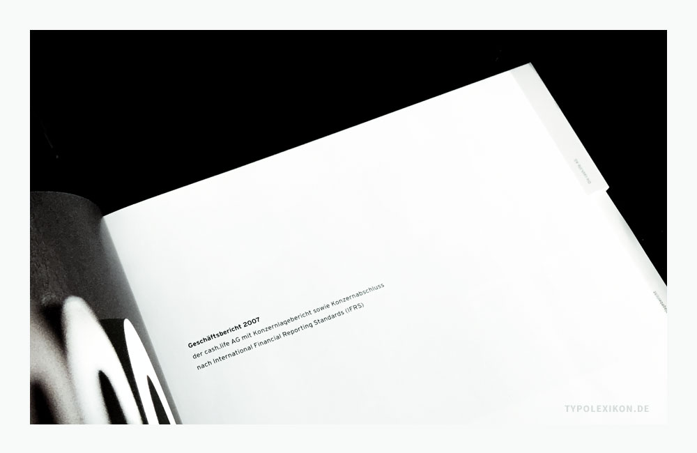 Beispiel eines Schmutztitels eines Geschäftsberichts der cash.life AG aus Pullach. Hier wird der Publikationstitel, das Unternehmen und ein Hinweis auf den Inhalt genannt. Bildzitat aus dem Geschäftsbericht 2007 der cash.life AG, Pullach. Grafikdesign: Atelier Beinert, Berlin.