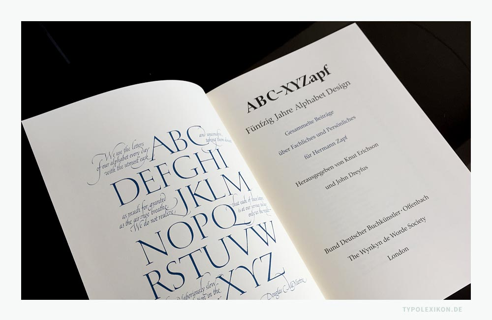 Beispiel eines Haupttitels eines typographischen Fachbuchs von Hermann Zapf (1918—2015). Der Frontispiz (linke Seite) ist auf die Gestaltung des Haupttitels abgestimmt. Wobei der Haupttitel mit den bibliographischen Angaben grundsätzlich immer rechts steht. Bildzitat aus ABC-XYZapf, Fünfzig Jahre Alphabet Design, Bund Deutscher Buchkünstler, Offenbach, The Wynkyn de Worde Society, London, 1989.
