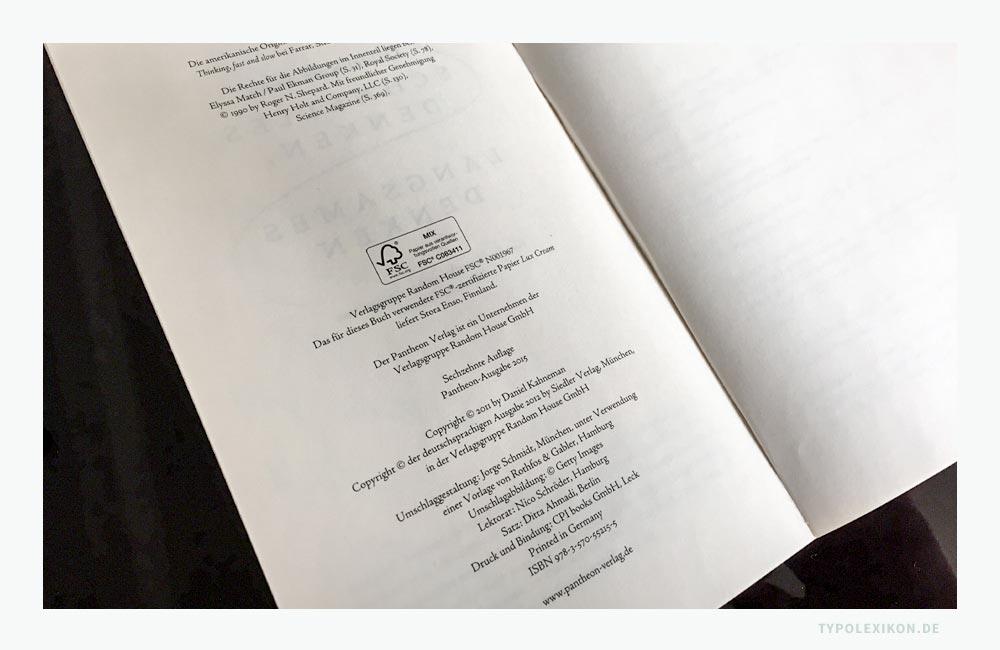 Beispiel eines Impressums eines Sachbuches von Daniel Kahneman (*1934). Das Impressum ist im Axialsatz auf der Seite #4 (Verso) gesetzt, die zur Titelei eines Buches gehört. Bildzitat aus Daniel Kahnemann: Schnelles Denken, langsames Denken, Pantheon Verlag, 2015. © Pantheon Verlag, ein Unternehmen der Verlagsgruppe Random House GmbH, München.