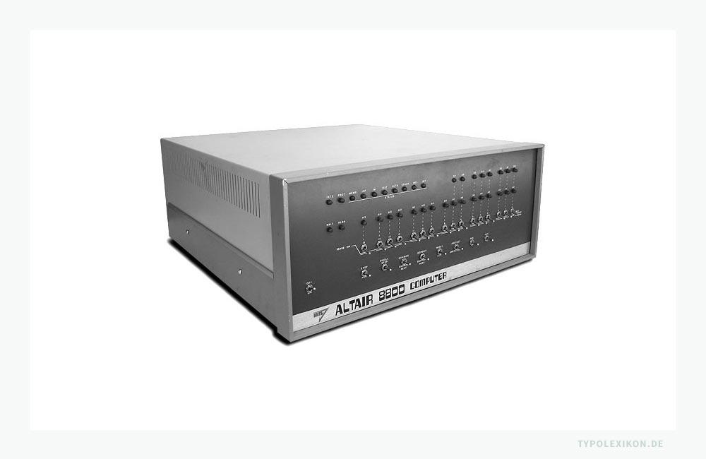 1975 eroberte der erste »Micro-Computer«, der »Altair 8800« von Edvard Roberts (Micro Instrumentation and Telemetry Systems), den US-Markt. Dieser erstmals für jedermann erschwingliche Rechner-Bausatz löste in den USA und insbesondere in Kalifornien eine Computereuphorie aus, die u.a. dazu führte, dass ab Mitte der 70er Jahre in Santa Clara Valley (Kalifornien, USA), dem späteren Silicon Valley, aus dem Micro-Computer der »Personal Computer (PC)« entstand.