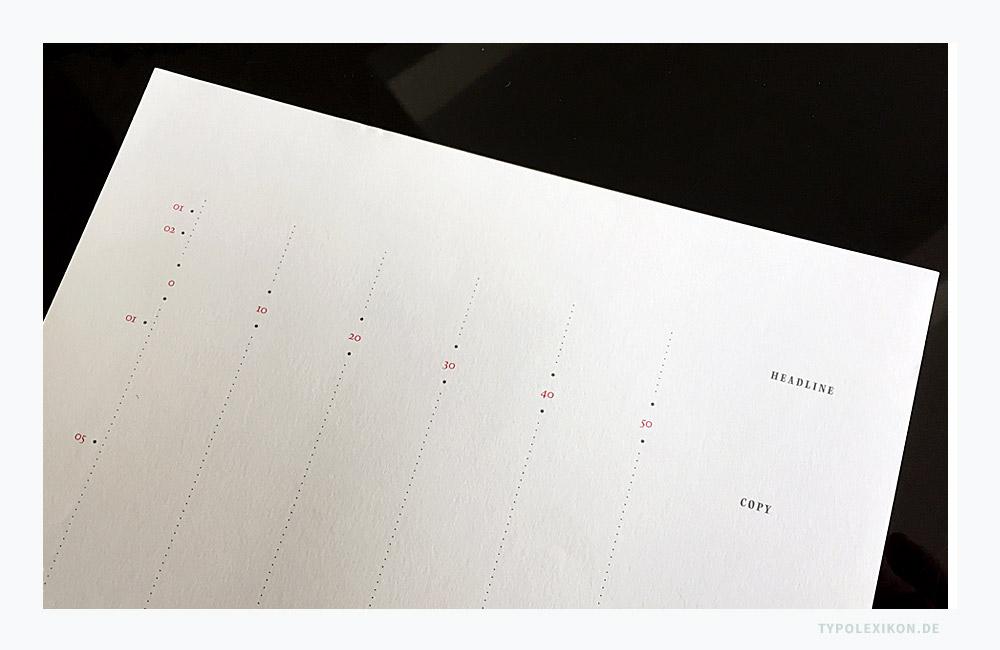 Ein Vordruck für ein Typoskript der Werbeagentur Beinert & Partner um 1991. Das Formular in DIN A4 wurde mit der Schreibmaschine oder mit einem Matrixdrucker beschrieben und mit den Satzangaben, Korrekturzeichen und erklärenden Legenden händisch »ausgezeichnet«. Die Nummerierung der Zeilen und der Anschläge diente der Berechnung des Satzumfangs. Nach dem gewissenhaften »Auszeichnen« sämtlicher Seiten wurde das Typoskript dann an die Schriftsetzerei weitergegeben und besprochen. Je exakter ein Typoskript vorbereitet wurde, desto effektiver und kostengünstiger konnte ein Setzer/in arbeiten.