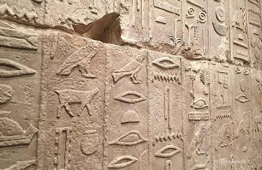 Relief mit altägyptischen Hieroglyphen aus dem »Alten Reich«, frühe 4. Dynastie, um 2575 v.Chr. Diese reich verzierte Wand ist Teil der »Grabkammer des Metjen«. Sie gilt als einer der ältesten ägyptischen Inschriften, die im Besitz des Neuen Museums der Staatlichen Museen zu Berlin ist. Foto: Wolfgang Beinert, Berlin.