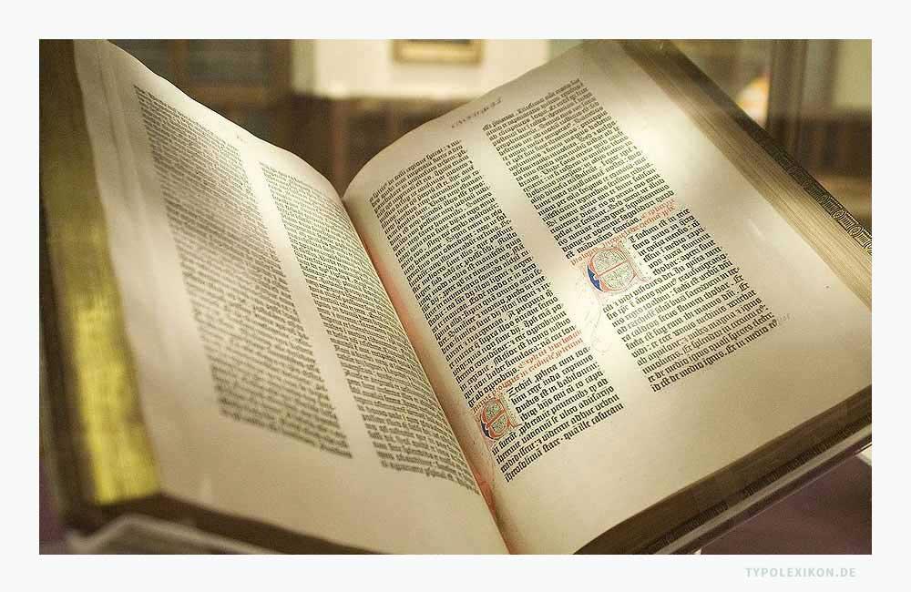 Initialen der 42-zeiligen Gutenberg-Bibel, gedruckt in Mainz um 1455. Quelle: Faksimile der New York Public Library, 2009.