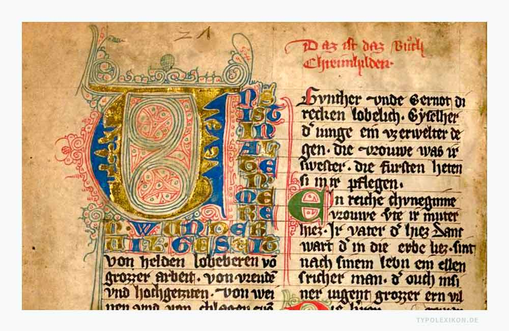 Die über zehnzeilige Fleuronnée-Initiale (links oben) gefolgt von unterschiedlich farbigen zweieinhalbzeiligen Lombarden am Zeilenanfang aus »Das Nibelungenlied und die Klage«, Handschrift D (Prunner Codex) aus dem 14. Jahrhundert. Quelle: Bayerische Staatsbibliothek, München.
