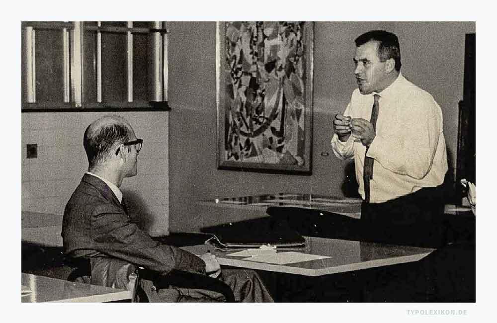 Otl Aicher bei einer Vorlesung im August 1959. Foto: Brazilian National Archives, Rio de Janeiro, Brasilien. Fotograf*in und Aufnahmeort unbekannt.