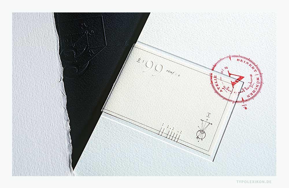 Unterschiedliche ein- und mehrstufige Blindprägungen für eine versiegelte Broschüre auf hellen und schwarzen, texturierten Baumwollpapieren. Die Blindprägungen entstanden auf einem Original Heidelberger Tiegel. Design: Atelier Beinert, Berlin.