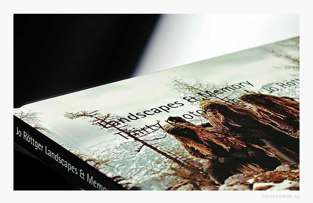 Der Vorteil eines rechtsdrehenden Längstitel ist die bessere Lesbarkeit des Rücktites, sobald ein Buch oder eine buchähnliche Publikation, z.B. ein Geschäftsbericht, ein Katalog oder ein Magazin, im Regal oder auf einem Tisch liegt. © Bildzitat: Fotoband »Landscapes & Memory« von Jo Röttger, erschienen bei peperoni books.