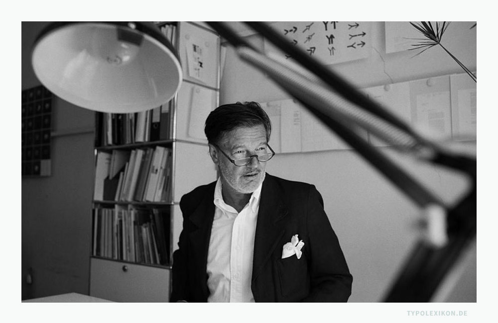 Der Kommunikationsdesigner Rolf Müller am 6.8.2001 in seinem Büro in der Maximilianstraße 31 in München. © Foto: Andreas Bohnenstengel, München.